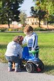 Ein Junge und ein Mädchen im Park Stockbilder