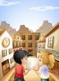 Ein Junge und ein Mädchen mit einem leeren Buch sprechend nahe den Saalstangen Lizenzfreies Stockbild