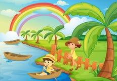 Ein Junge und ein Mädchen sind Bootfahrt Lizenzfreie Stockfotos