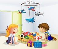 Ein Junge und ein Mädchen, die innerhalb des Hauses spielen Stockfotografie