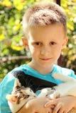 Ein Junge und eine Katze Lizenzfreies Stockfoto