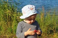 Ein Junge von zwei Jahren isst Himbeeren Lizenzfreie Stockfotos