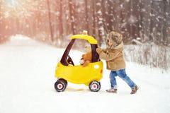 Ein Junge in weißem, verschneiter Winter im Wald stockfotografie