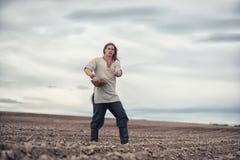 Ein Jungebauer sät das Feld mit Korn lizenzfreies stockfoto