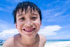 Ein Jungenlächeln Stockfotos