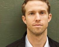 Ein junger attraktiver Mann lizenzfreie stockfotos