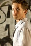 Ein junger attraktiver Mann mit einem ernsten Blick Stockfotos