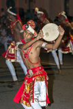 Ein junger Ausführender tanzt entlang eine Straße in Kandy während der großen Prozession Esala Perahera stockfotos