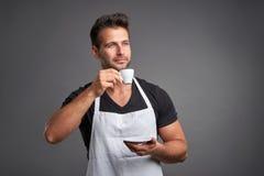 Ein junger barista Mann Stockfoto