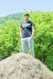 Ein junger Dorfjunge, der auf der Natur stillsteht Stockbild