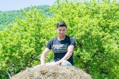 Ein junger Dorfjunge, der auf der Natur stillsteht Stockfoto