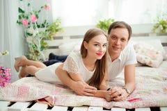 Ein junger Ehemann und eine Frau sich umarmen stockfotos