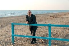 Ein junger eleganter Mann ist auf dem Strand Ardea Italien stockfotos