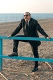 Ein junger eleganter Mann ist auf dem Strand Ardea Italien lizenzfreie stockfotos