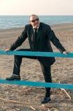 Ein junger eleganter Mann ist auf dem Strand Ardea Italien lizenzfreies stockbild