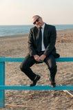 Ein junger eleganter Mann ist auf dem Strand Ardea Italien lizenzfreie stockfotografie
