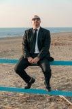 Ein junger eleganter Mann ist auf dem Strand Ardea Italien stockbild