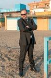 Ein junger eleganter Mann ist auf dem Strand Ardea Italien stockbilder