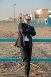 Ein junger eleganter Mann ist auf dem Strand Ardea Italien stockfoto