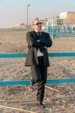 Ein junger eleganter Mann ist auf dem Strand Ardea Italien stockfotografie