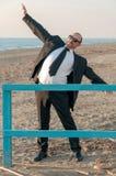 Ein junger eleganter Mann ist auf dem Strand Ardea Italien lizenzfreie stockbilder