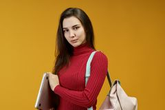 Ein junger erfolgreicher Frauenrechtsanwalt erzielte ihr Ziel vor Gericht Sorgfältiges schönes Mädchen wendete ihr Wissen an lizenzfreie stockfotografie