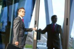 Ein junger Geschäftsmann betritt das Büro Stockfotos