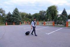 Ein junger hübscher Guy Arab Businessman Entrepreneur Tourist Tra Lizenzfreie Stockbilder