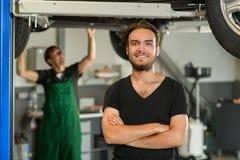 Ein junger hübscher Kerl in einem schwarzen T-Shirt wird gegen fotografiert stockbild