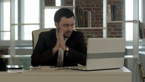 Ein junger hoffnungsloser Geschäftsmann in seinem Büro stock video