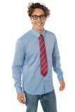 Ein junger Jugendlicher im blauen Hemd, in den Jeans und in der Gleichheit Stockfotos