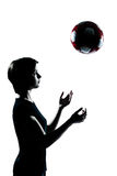 Ein junger Jugendlicher   Mädchenschattenbild, das Fußballfußball wirft Lizenzfreies Stockbild