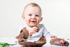 Ein Junge, der Schokolade isst Stockfotos