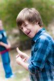 Junger Junge, der rückwärts zeigt Lizenzfreies Stockbild