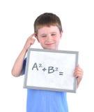 Schuljunge, der an Mathe-Antwort denkt Stockfotografie