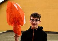 Ein junger kaukasischer Junge, der ein Osterei h?lt lizenzfreie stockfotografie