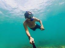 Ein junger kaukasischer schnorchelnder Mann unter Wasser selfie Thailand stockbild