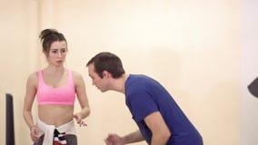 Ein junger Kerl zeigt die gelehrte Tanzbewegung zum Trainer stock footage
