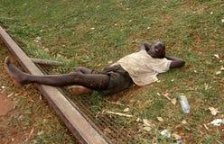 Ein junger Kleber, der obdachlosen Jungen in Kampala, Uganda schnüffelt lizenzfreie stockfotos