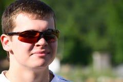Ein junger lächelnder Mann in den Gläsern Lizenzfreie Stockbilder