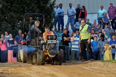 Ein junger Mann-Antriebe an einem Rasen-Traktor-Zug lizenzfreie stockbilder