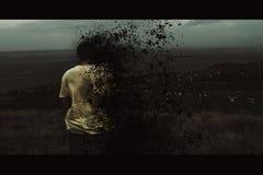 Ein junger Mann brennt auf dem Hintergrund einer globalen Katastrophe stockfoto