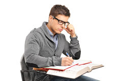 Ein junger Mann in den Gedanken, die eine Prüfung tun Stockfoto