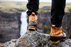 Ein junger Mann in den Stiefeln lizenzfreie stockfotos