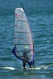 Ein junger Mann, der den Wind an einem hellen Frühlingstag auf Quincy Reservoir nahe Denver, Colorado surft lizenzfreies stockbild