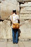 Jüdischer junger Mann, der durch Klagemauer betet Stockfotografie