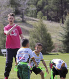 Ein junger Mann, der ein Flaggen-Fußball-Team trainiert Stockfoto