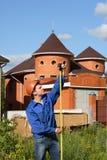 Ein junger Mann, der mit Tabellierprogramm arbeitet Stockbild
