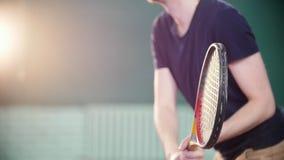 Ein junger Mann, der zuhause Tennis spielt Training stock footage