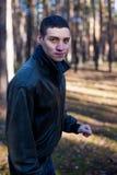 Ein junger Mann des kriminellen Auftrittes in einer schwarzen Lederjacke stockfotografie